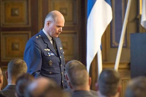 Puolustusvoimien komentajan Jarmo Lindbergin kertomus on ristiriidassa hankintatietojen kanssa, jotka Aamulehti pyysi käyttöönsä Puolustusvoimien logistiikkalaitokselta. Niiden mukaan armeija on tehnyt aktiivisesti kauppaa useiden matkoja tarjonneiden yhtiöiden kanssa vuosina 2014–2015.