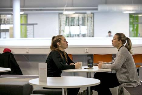 21-vuotias Anna Saarenhovi (oik.) ja 20-vuotias Ilona Mattila pitävät diplomi-insinööriopintoja vaativana urakkana. Opiskella pitää myös oppituntien ulkopuolella. - Viikonloppuisinkin pitää hommia tehdä. Ei pysty vain lepäilemään, Mattila sanoo.