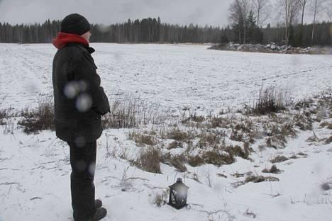 Katja Saari toi kolarissa menehtyneen tytön vanhempien puolesta onnettomuuspaikalle kynttilän sunnuntaiaamuna. Saari on perheen ystävä.