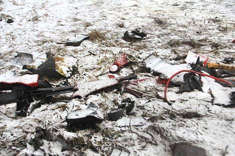Sunnuntaiaamuna onnettomuuspaikalla oli enää nähtävissä ajoneuvoista irronneita palasia.