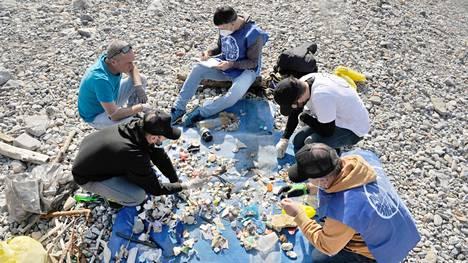 Tutkijat ja vapaaehtoiset kävivät läpi muovia ja mikromuovihiukkasia helmikuussa Livornon rannalla Italiassa. Hankkeen tarkoituksena on selvittää, minkä tuotemerkkien muovijätettä rannalta löytyy.