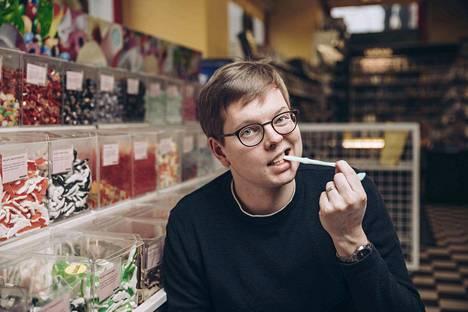 Juhani Karilan uusimman kirjan niminovellissa kohdataan eläviä irtokarkkeja. Kirjailija sanoo olevansa esanssisen hedelmäkarkkimässyn ystävä. Sekaan on tosin saatava suklaata ja salmiakkia.