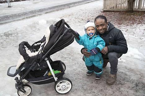 Edguenis Madrazo haki poikansa Eino-Gabrielin Amurin päiväkodista keskiviikkona. Kaksivuotias on enimmäkseen innokas lähtemään aamuisin hoitoon. Joskus nukuttaisi kyllä pidempäänkin.