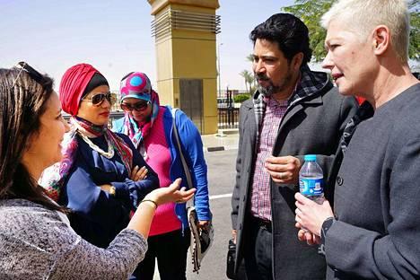 Algerialaisohjaaja Amal Amilia Bankacimi (vasemmalla), marokkolainen filmintekijä Az Ayat ja egyptiläinen toimittaja Hala Nour keskustelevat ACCAC-järjestön Kirsi Mustalahden ja Mohamed A Kareemin kanssa naisten oikeuksista ennen lähtöä tv-studioon Egyptissä.