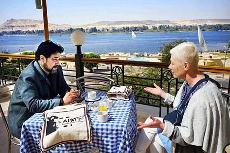 Kirsi Mustalahti ja Kairon ACCAC-keskuksen johtaja Mohamed A Kareem suunnittelivat yhteisluentoaan Aswanin kansainvälisillä naisten elokuvafestivaaleilla Etelä-Egyptissä.