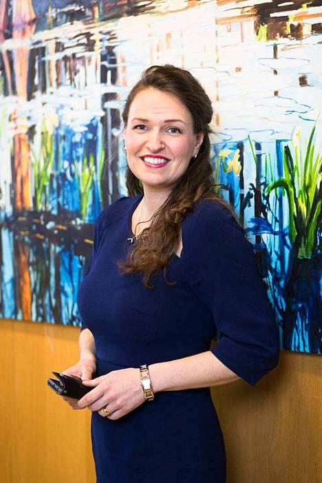 Anna-Kaisa Ikonen viettää enemmän aikaa kaupungintalon neuvotteluhuoneessa kuin oman työpöytänsä ääressä.