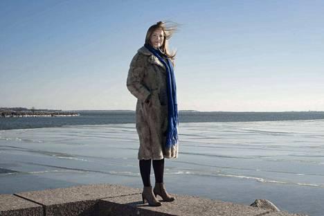 Seilin saarella toimii nykyään Saaristomeren tutkimuslaitos. Paikalla on kuitenkin vuosisatoja kestänyt historia sairaalana. Naisten mielisairaala toimi saarella vuoteen 1962. Kuvassa Katja Kallio kotikaupungissaan Helsingissä.