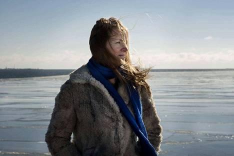 Yön kantaja on kuusi romaania julkaisseen helsinkiläisen kirjailijan Katja Kallion pääteos.