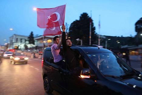 Presidentti Erdoganin kannattajat juhlivat ennakkoäänestyksen tulosta Istanbulissa.