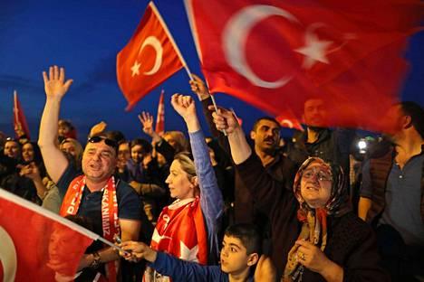 Turkin presidentin Erdoganin kannattajat juhlivat. Presidentin valta kasvaa nyt merkittävästi Turkissa.