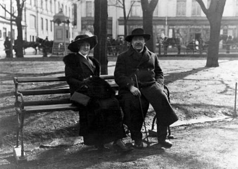 Kirjailija Eino Leino toisen vaimonsa Aino Kajanuksen seurassa Helsingissä Esplanadin puistossa vuonna 1913. Avioliitto kapellimestari Robert Kajanuksen tyttären kanssa oli täydellinen epäonnistuminen.