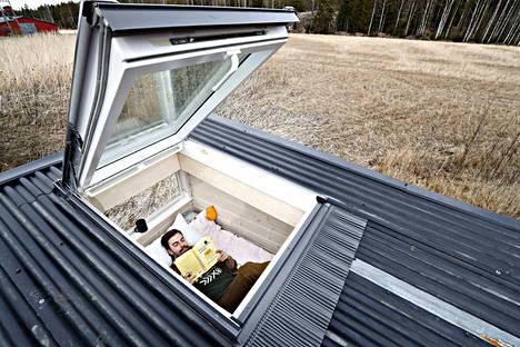 Katolta pääsee ikkunan kautta terassille.