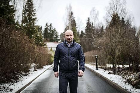 Niemen alueella asuva Hannu Peltonen on tyytyväinen, jos ratikka rakennetaan Lielahti-Lentävänniemi -alueelle, sillä se lisää alueen palveluja, kasvua ja arvostusta.