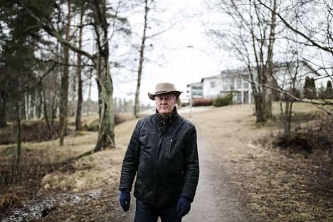 Reuharinniemessä asuva Tapio Parkkinen miettii, olisiko ratikan sijaan ollut järkevämpää korvata dieselbussit sähköbusseilla. -Ne olisivat menneet sievästi ja saasteettomasti.