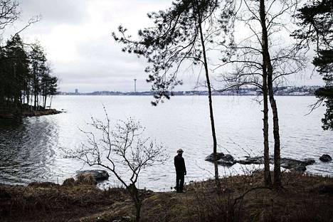 Tapio Parkkinen asuu Reuharinniemessä lähellä Näsijärven rantaa. Vastarannalla näkyvät Pispala ja Näsinneula.