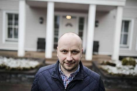 Niemen alueella asuva Hannu Peltonen ei usko itse käyttävänsä ratikkaa paljonkaan. Hän on silti tyytyväinen, jos ratikka rakennetaan Lielahteen ja Lentävänniemeen, koska se tuo kaupunginosiin kasvua ja arvostusta.