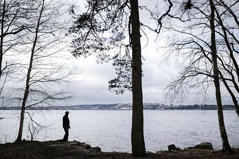 Näsijärven rantamaisemat olivat tärkeä syy siihen, miksi Tapio Parkkinen hankki asunnon Lentävännniemestä.