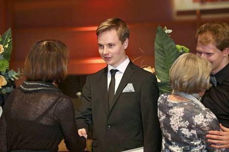 Tampereen pianokilpailun voittanut Ossi Tanner ottaa vastaan onnitteluja palkintotilaisuudessa Tampere-talossa.