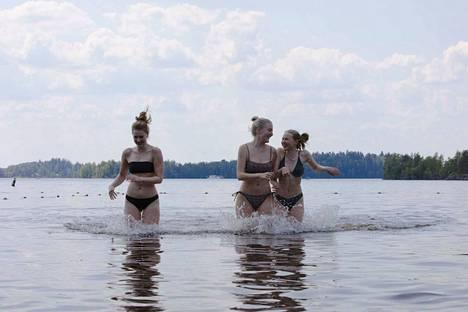 Uimaan uskaltautuminen edellyttää hellettä, päättävät Nea Lehmus (vas.), Bertta Jouhki ja Emilia Kukkonen. Torstaina lämpöä oli riittävästi. Pyynikin uimaranta on kaverusten suosikki.