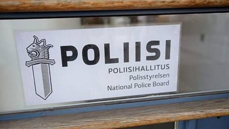 Poliisihallitus on kieltänyt Eurosport SAS -yhtiötä markkinoimasta rahapelejä Manner-Suomeen Eurosport 1 -televisiokanavalla. Poliisihallituksen ovi Helsingissä kuvattiin maaliskuussa 2016.