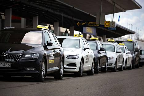 Takseja Tampere-Pirkkalan lentoaseman taksitolpalla. Kuvan autot eivät liity laiminlyönteihin.
