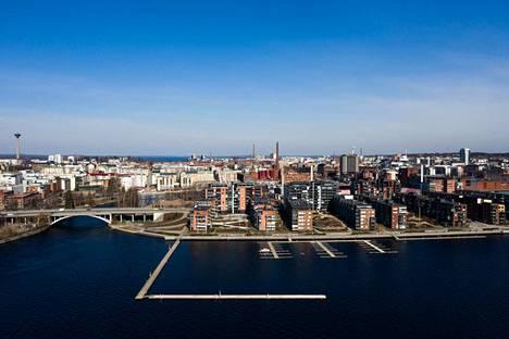 Tampere kylpi auringossa tiistaina iltapäivällä. Illaksi synkkeni.