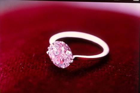 Uhrilta varastetussa korulippaassa oli muun muassa monta sormusta, joista useaa koristivat timantit. Kuvituskuvan sormus ei liity tapaukseen.