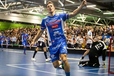 Classicin tähti Eemeli Salin tuulettaa 2019 maalia kauppakeskus Ideaparkissa Lempäälässä pelatussa ottelussa.