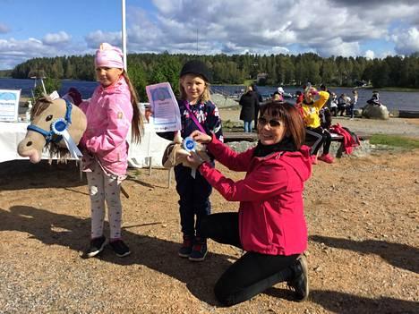Palkinnon saavat Silja Matinaho ja keppari Salama sekä Siiri Virtanen ja keppari Bressa. Palkinnot antaa Keurusseudun Ratsastajat ry:n sihteeri Mira Haverinen.