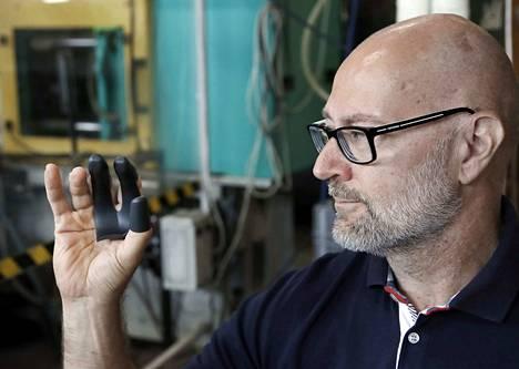 Karhumuovin tuotantojohtaja Marko Lehtonen esittelee kolmen sormen antibakteerisen Kouran mallikappaletta. Tuotanto alkanee Porissa elokuussa.