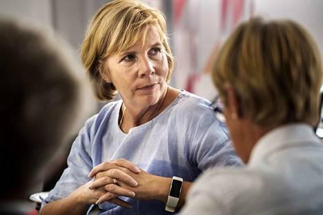 Oikeusministeri Anna-Maja Henrikson (r.) kertoo linjaavansa mahdolliset kiristyksen riskivankien valvonnassa heti, kun oikeusministeriön selvitykset aiheesta valmistuvat.
