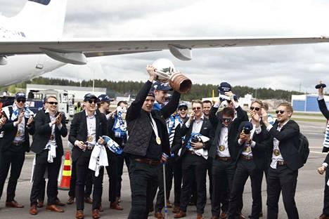 Leijonien kapteeni Marko Anttila teki hienon eleen Helsinki-Vantaalla, kun hän ojensi  pokaalin MM-kisoissa loukkaantuneelle Eetu Luostariselle.