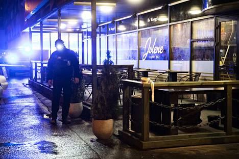 Poliisin suoritti teknistä tutkintaa ravintolan edessä.
