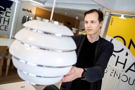 Yksi halutuimmista klassikoista on Artekin Mehiläispesä-valaisin. Muotoilukaunotar on myös Valtterin suosikki.