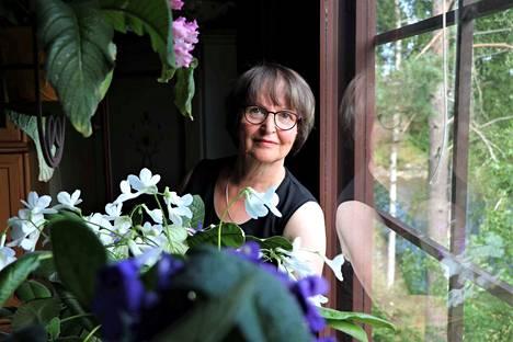 Kokemäkeläinen Ulla Leino ihastui soilikeihin huomattuaan, että ne kukkivat lähes puoli vuotta. Kukkia ei siirrellä paikasta toiseen, vaan niiden paikka on keittiössä, vanhan kauniin piirongin päällä.