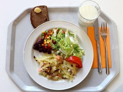 Jämsän peruskoulujen oppilaat pääsevät syysloman jälkeen annostelemaan itse koululounaan lautaselleen.