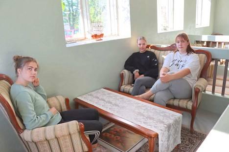 Sofia Ojamo, Helka Peltomäki ja Anna Vanhatalo kunnostivat kesäkahvilan tilat vanhaan navettaan.