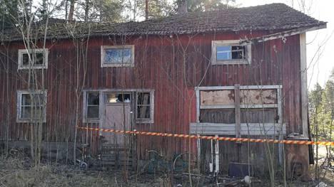 Autiotalon piharakennuksen katto on uhkaavasti notkahtanut.
