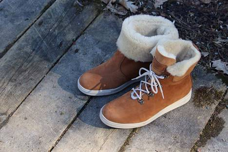 Peltomäen suunnittelemat kengät. Hän sai valitsijalta kiitosta kiitosta uusien materiaalien kehittämisestä ja hyödyntämisestä.