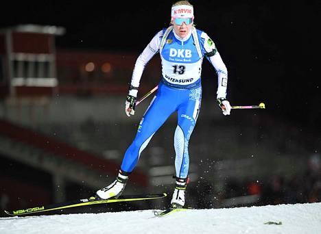 Kaisa Mäkäräinen hiihti vauhdikkaasti Östersundin 15 kilometrin kilpailussa torstaina.