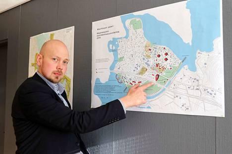 Marttisen saari on Juha Viitasaaren toinen, iso kehittämiskohde. Hän osoittaa kohtaa, johon on tarkoitus rakennutta iso liikenneasema.