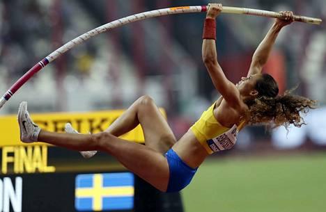 Angelica Bengtsson ei hätääntynyt, vaikka seiväs katkesi.
