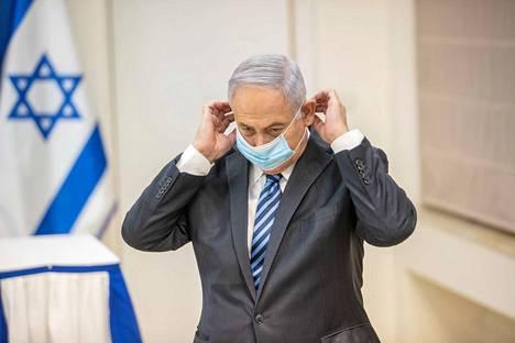 """Pääministeri Benjamin Netanjahun ja hänen puolueensa suosio on laskenut koronakriisin aikana. Viimeisessä mielipidemittauksessa pääministerin puolue """"Likud"""" saisi vain 31 parlamentin 210 paikasta. Laskua on viisi paikkaa. Netanjahu antoi tällä viikolla lausunnon Hizbollahin aiheuttamiin jännitteisiin liittyen puolustusministeriössä Tel Avivissa, Israelissa."""