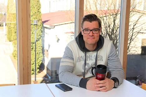Raision kaupunginvaltuuston puheenjohtaja Janne Laulumaa vaihtoi leipätöitä. 2-3 työpäivää viikossa hän käy Helsingissä ja loput etätyönä Turussa.