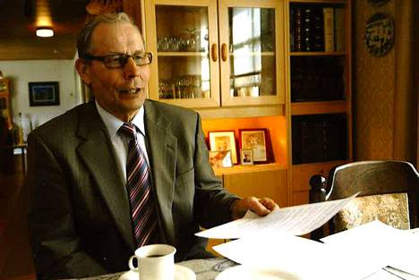 Paavo Lintula kotona kahvikupin ääressä monien työmatkojensa lomassa.