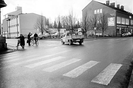 Marraskuussa 1985 osuuskauppa myi Yli-Haapion tontin rakennuksineen osuuspankille. Viljavarasto on kuvassa vasemmalla ja leipomo erottuu matalana kuvan keskellä. Oikealla on vuonna 1954 valmistunut silloinen päämyymälä.