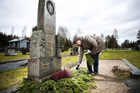 Pirkko-Liisa Kastari vieraili torstailla sukuhaudalla Tammikankaan hautausmaalla. Lähipiiri on jo päättänyt jatkaa haudan hallintaoikeutta enimmäisajan eli 30 vuotta.