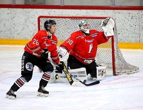 Tomi Risteli pelasi avausottelunsa Pyryn paidassa, torjuntoja kertyi 30. Vasemmalla puolustaja Joni Mäkelä.