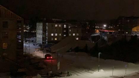 Suuren rakennustyömaan pressukaton romahti lukijan mukaan Vuoreksessa Tampereella lauantai-iltana.