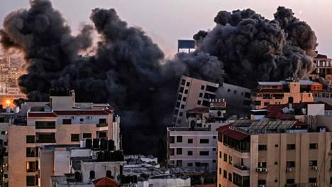 Savu nousi Gazan kaupungissa Israelin tekemien ilmaiskujen jäljiltä tiistaina 11. toukokuuta.